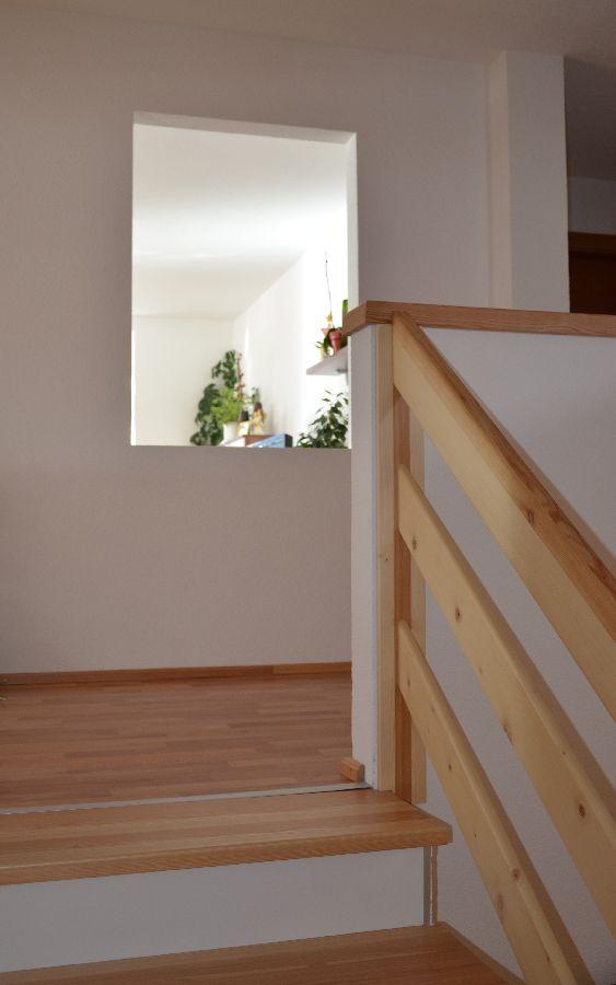 Blick Stiege Vorraum mit Fenster ins Wohnzimmer